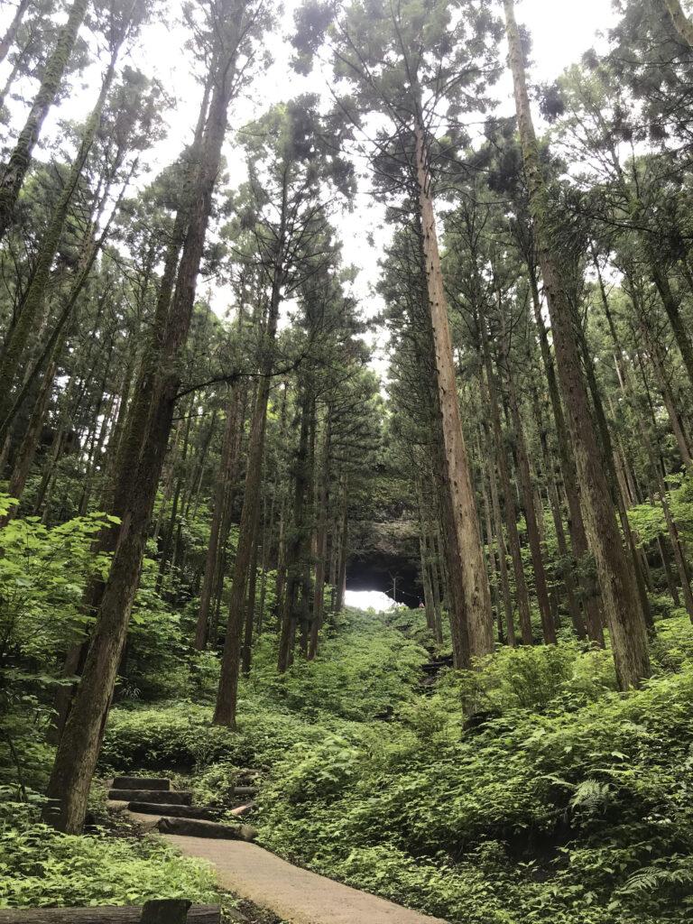 上色見熊野座神社拝殿から穿戸岩(うげといわ)